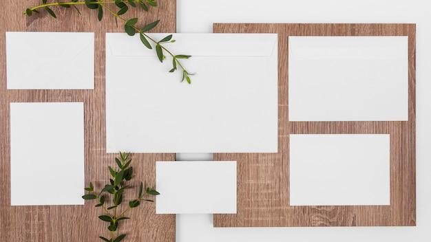 白いカードと葉でフラットレイ最小限の構成
