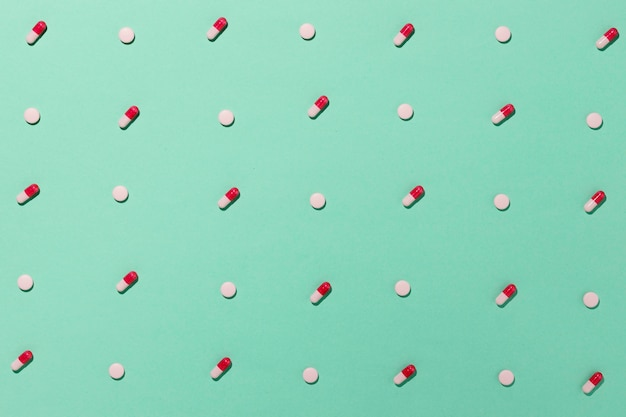 Assortimento di pillole medicinali minime piatte