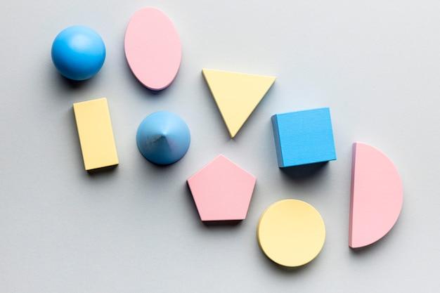 Disposizione piatta di figure geometriche minimaliste