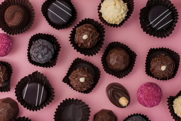 ピンクの背景にチョコレートのフラットレイアウトミックス