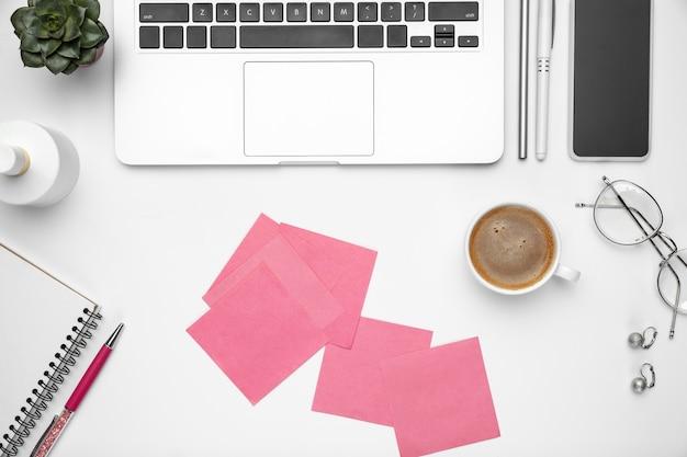 Плоская планировка, макет. женское рабочее пространство для домашнего офиса, copyspace