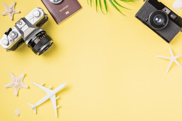 평면 누워 모형 복고풍 카메라 필름 비행기는 불가사리 여행자 열대 해변 액세서리를 남깁니다.