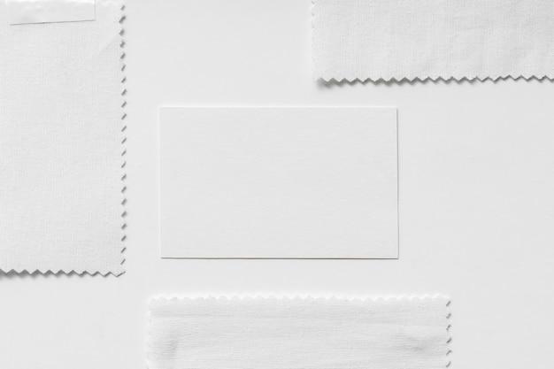 Lay piatto di moodboard con illuminante grigio