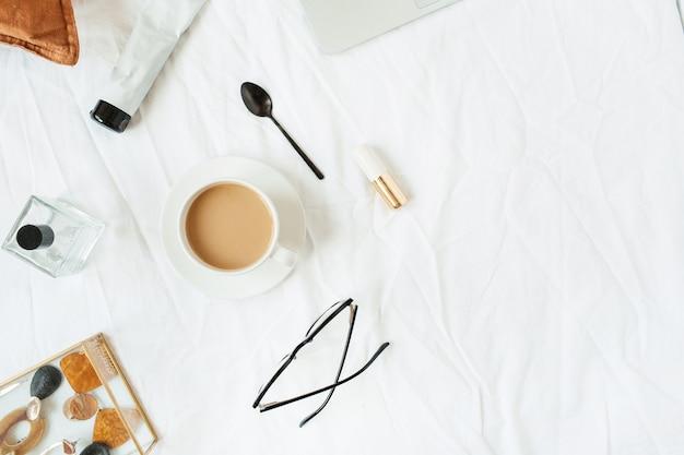 흰색 린넨과 함께 침대에서 커피와 함께 평평한 평신도 아침 식사