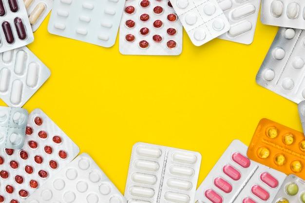 Disposizione piana di più fogli di pillola con spazio di copia
