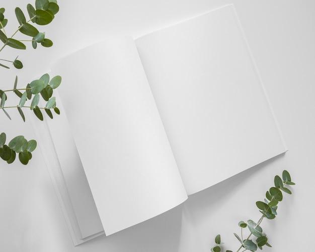 평평한 자연 잎과 흰색 잡지