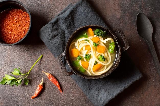 冬の食事のためのフラットレイヌードルスープ