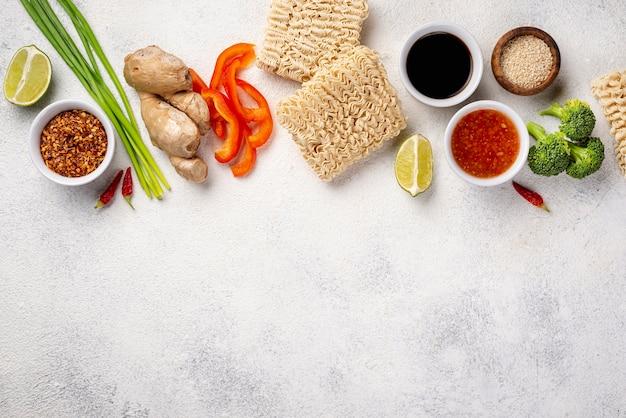 コピースペースと平干し麺とスパイスミックス
