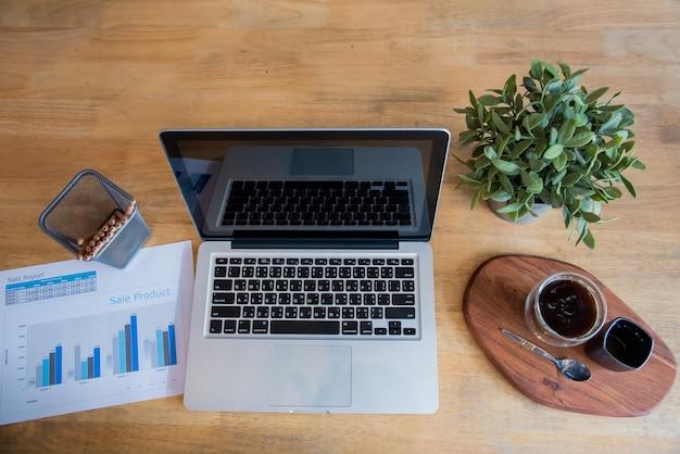 オフィスの机の上に平置きノートブックコンピュータラップトップ