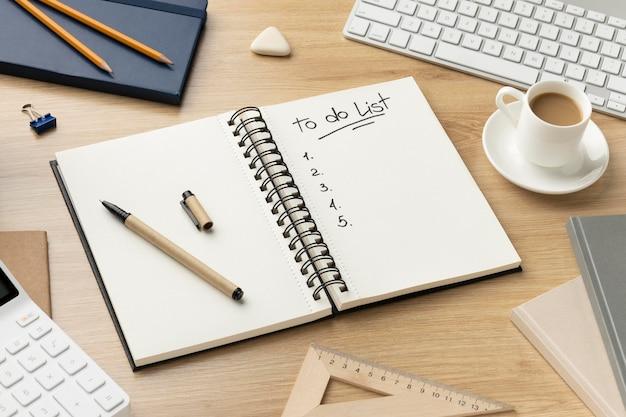 Taccuino piatto laico con la lista delle cose da fare sulla scrivania