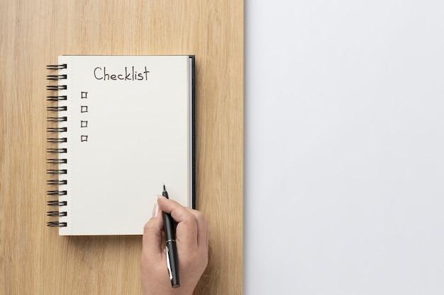 책상에 할 일 목록이있는 평평한 노트북