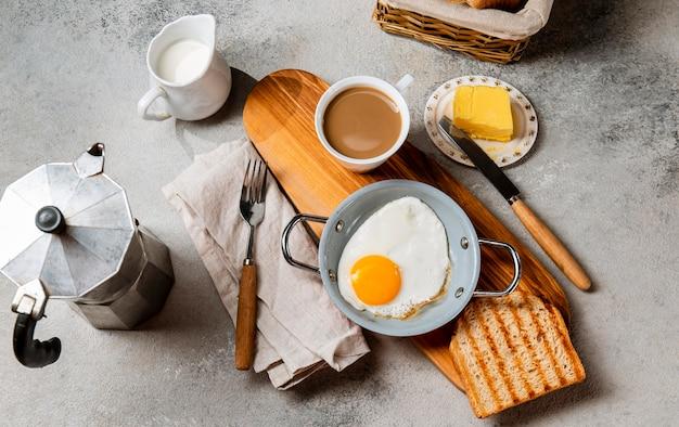 평평한 누워 영양가있는 아침 식사 구성