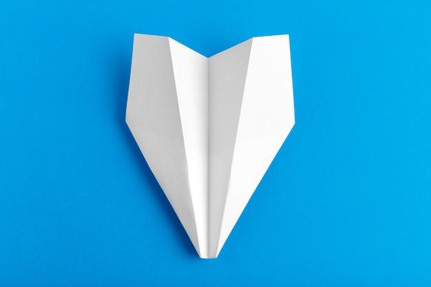파스텔 블루 컬러 배경에 종이 비행기의 평면 배치