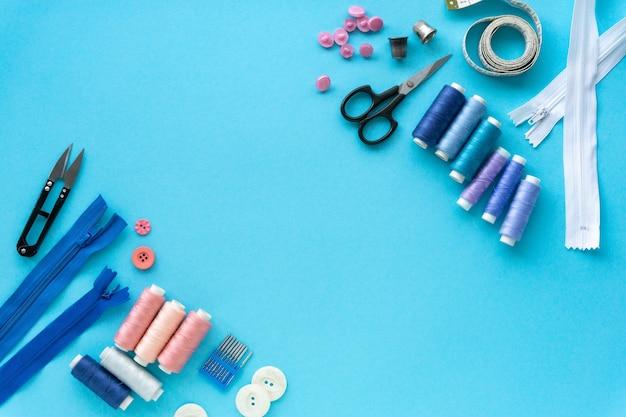 재단사를위한 액세서리의 평면 배치. 블루에 바느질 용품 세트