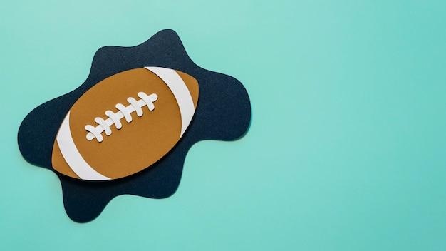 コピースペースのあるアメリカンフットボールのフラットレイ