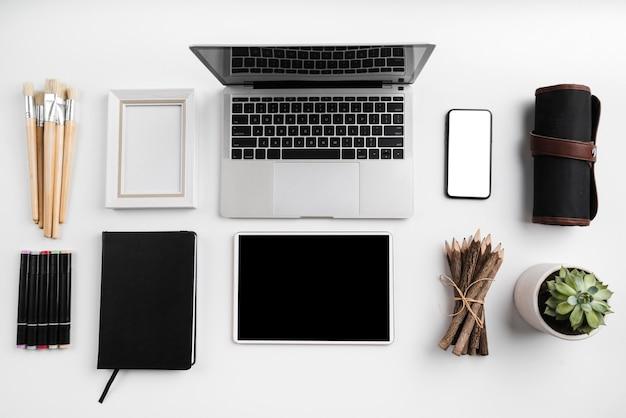 Плоская планировка концепции рабочего стола художника с копией пространства