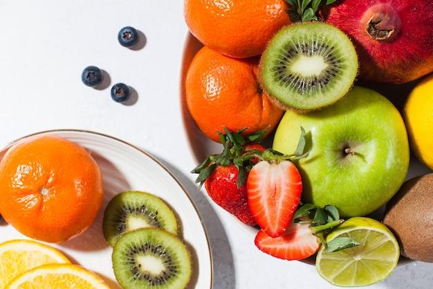 접시에 모듬 신선하고 잘 익은 과일과 열매의 플랫 누워