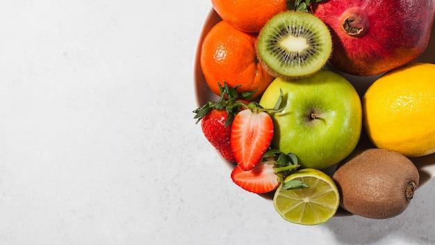 모듬 신선하고 잘 익은 과일과 열매의 평평한 누워