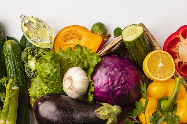 バスケットに野菜の品揃えのフラットレイ