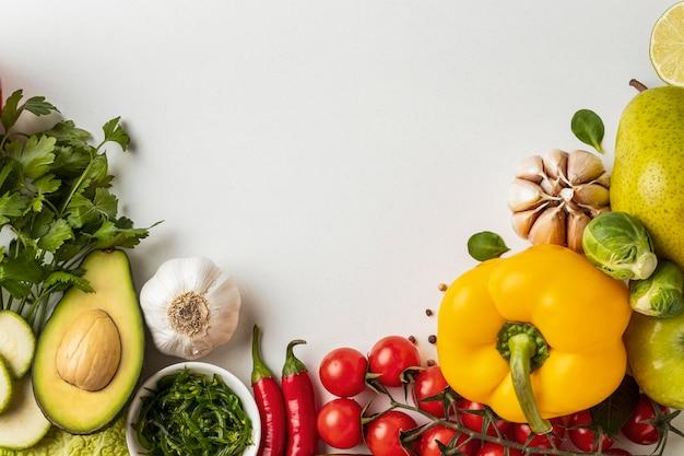 コピースペースのある野菜の盛り合わせのフラットレイ