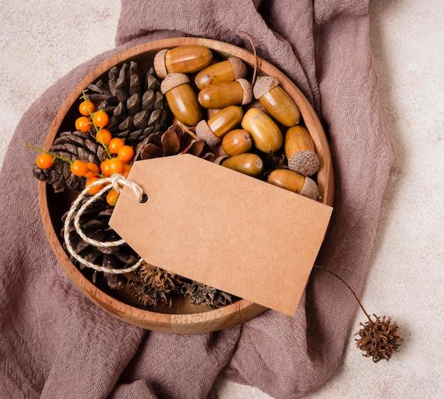 소나무 콘과 도토리와 함께 가을 공의 평평한 누워
