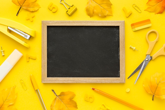 Плоская кладка обратно в школу с доской и ножницами