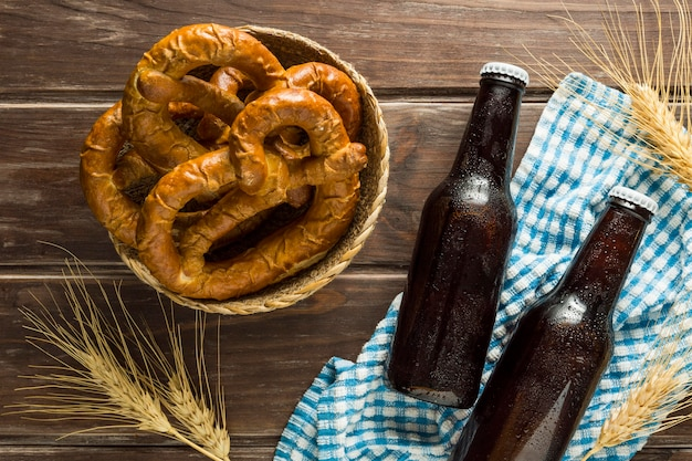 プレッツェルと小麦のビール瓶のフラットレイ