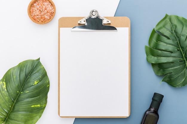 Плоская планировка пустого меню с листьями и оливковым маслом