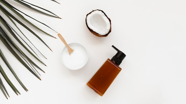 Плоская планировка масла для тела и эфирного масла на белом фоне