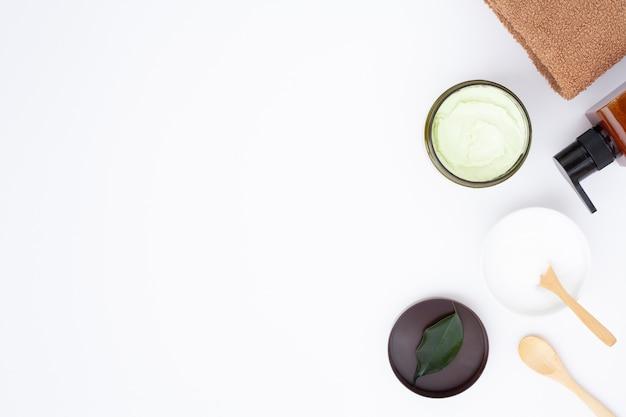 Плоская планировка масла для тела на белом фоне с копией пространства