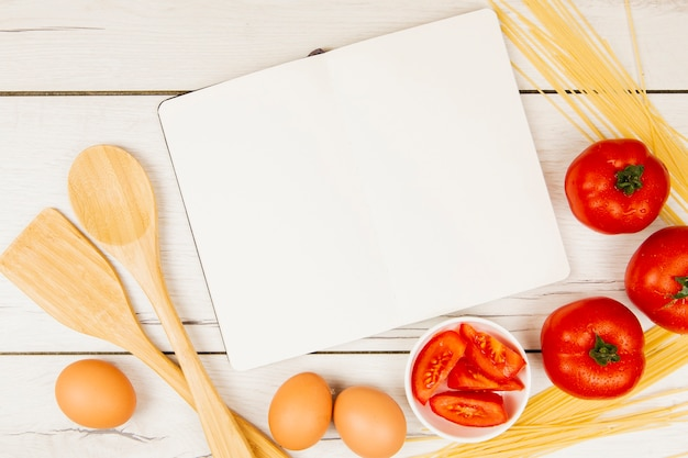 Плоская планировка книги и пищевых ингредиентов с копией пространства