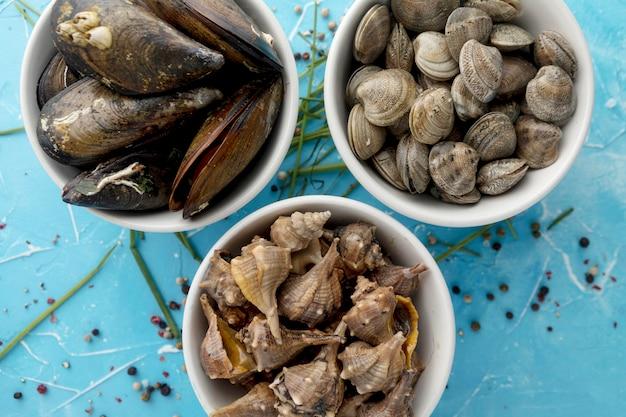 ムール貝とアサリのボウルのフラットレイアウト