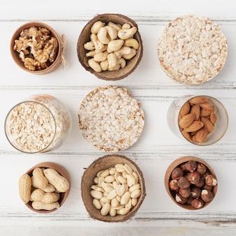 Плоская тарелка с разнообразными орехами