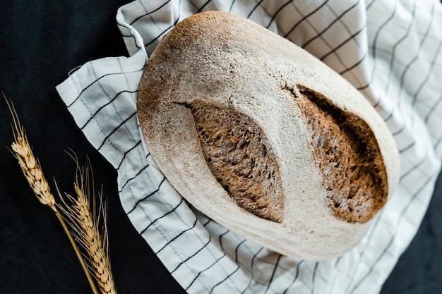 Плоская кладка хлеба и пшеницы на ткань