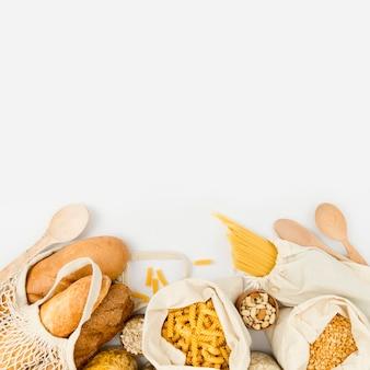 대량 파스타와 재사용 가능한 가방에 빵의 평평한 누워