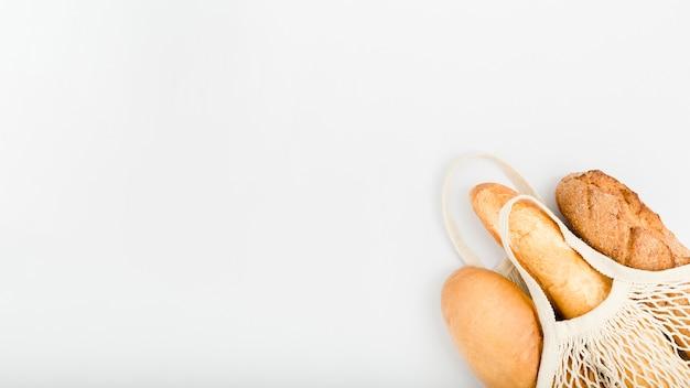 Плоская кладка хлеба в многоразовой сумке с копией пространства