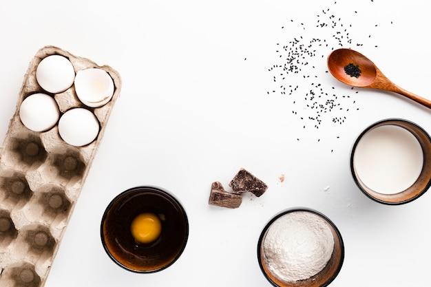 Плоская кладка ингредиентов хлеба на белом фоне