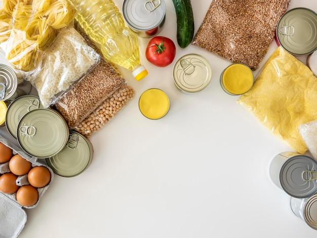 Плоская кладка кучу свежих продуктов для пожертвования