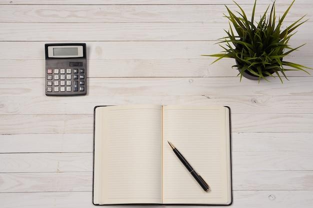 テーブルの上のビジネスアイテムのフラットレイアウト