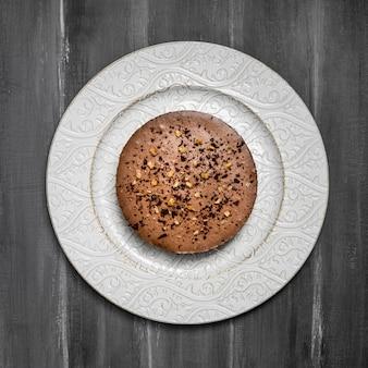 皿の上のケーキのフラットレイアウト