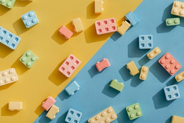 ビルディングブロックのようなキャンディーの形のフラットレイ