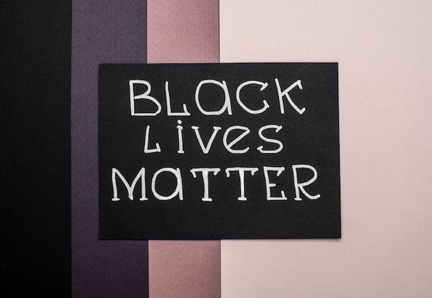 色とりどりの紙に黒い命が重要なカードのフラットレイ