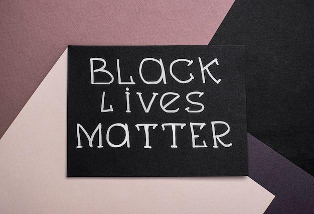 ブラック・ライヴズ・マター・スローガンのカードのフラットレイ