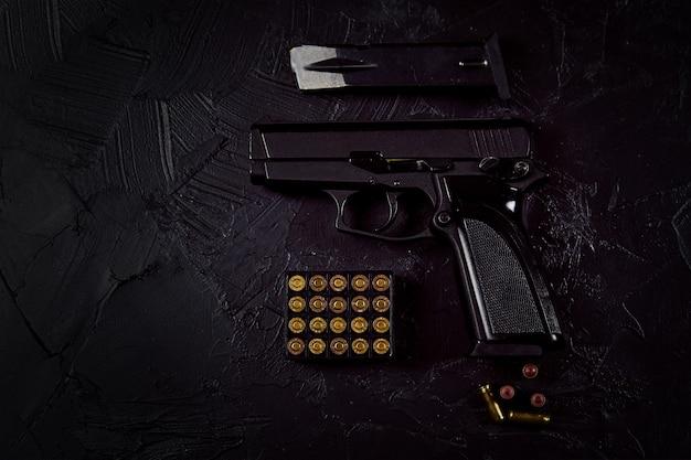 Плоская планировка патронов и пистолета на бетонном фоне, вид сверху с копией космического пистолета и пуль на ...
