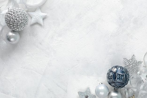 Плоская планировка празднования рождества белые, синие и серебряные игрушки на белом фоне плоская планировка, вид сверху, копия пространства