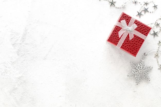 Плоская планировка празднования. новогодняя композиция. рождественские красные и серебряные украшения на белом фоне вид сверху, копией пространства