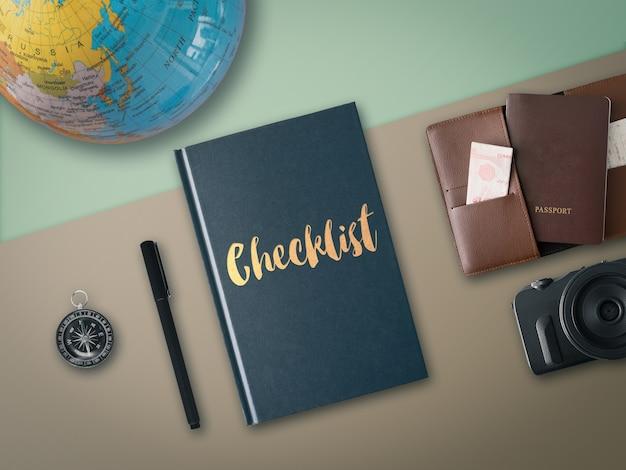 세계지도 나침반 카메라와 여권 포켓 점검 여행 책의 평평하다.