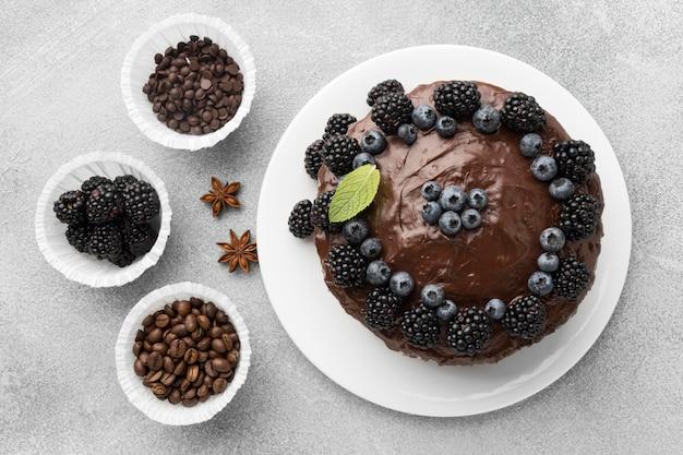 ブルーベリーとチョコレートケーキのフラットレイ