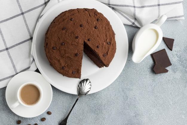 コーヒーと牛乳とチョコレートケーキのフラットレイ