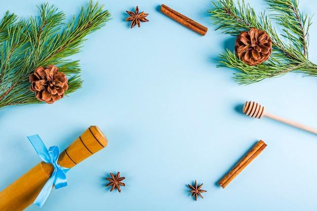 クリスマスベーキングのフラットレイ。自家製料理用の台所用品とコーン付きのクリスマスツリーの枝